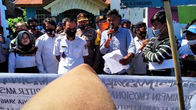 Tak Terima Kaling Dicopot, Warga Gelar Aksi Demonstrasi di Kantor Lurah Binanga