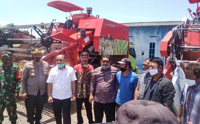 SDK Serahkan Bantuan Alat Pertanian di Mamuju